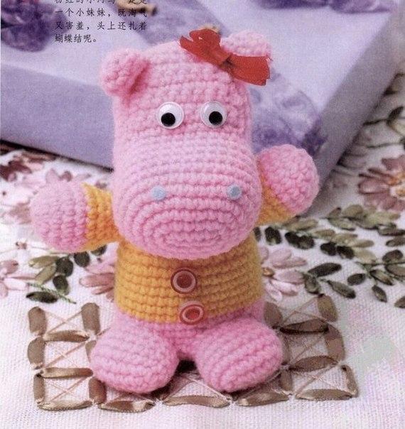 Розовый бегемот в кофточке