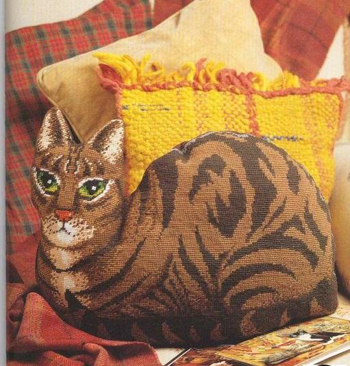 Вышитая объемная кошка
